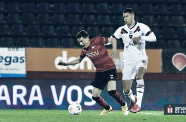 Fernando Zuqui disputando la pelota, en el Coloso Marcelo Bielsa.