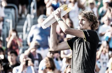 Alexander Zverev posa con su trofeo de ganador el año pasado. Foto: zimbio.com