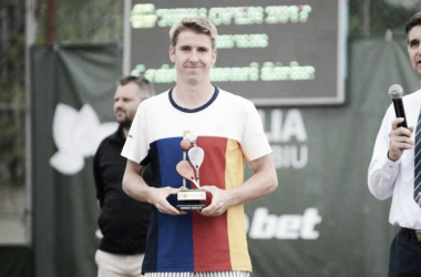 Stebe poses with his Sibiu Open trophy (Photo: ATP Challenger Tour/Sibiu Open)