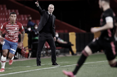 Zidane da instrucciones a los suyos durante el encuentro frente al Granada. |Foto: @realmadrid