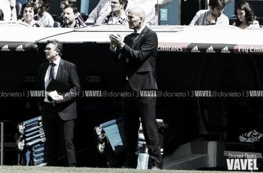 Zidane dirige al equipo desde la zona técnica en uno de los partidos ligueros I Foto: Daniel Nieto (VAVEL)