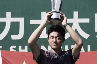 Yibing holds his Shanghai trophy aloft (Photo: ATP Challenger Tour)