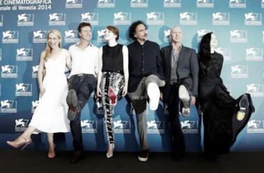 Foto del reparto y director de 'Birdman', en la alfombra roja de la Mostra // Fuente (sin efecto): msn