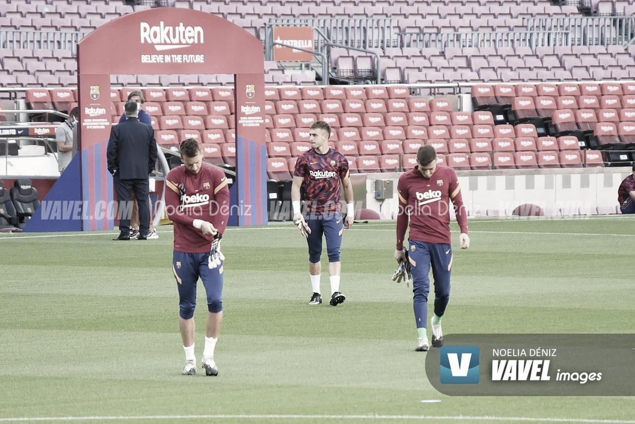 Arnau Tenas, Iñaki Peña y Norberto Murara 'Neto' durante un calentamiento, previo a un partido de UEFA Champions League en la presente temporada | Foto de Noelia Déniz, VAVEL