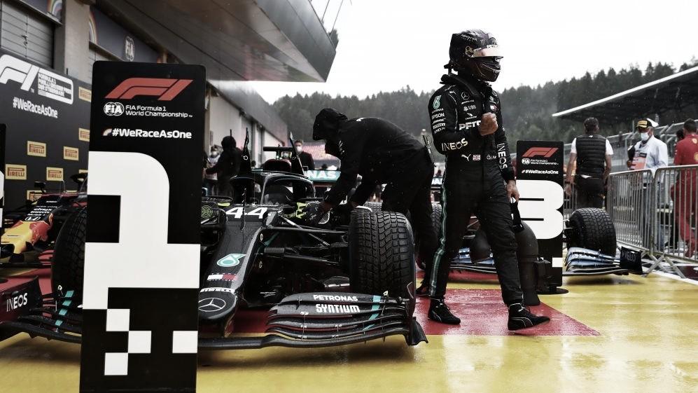 """Lewis Hamilton volta a ser protagonista sob forte chuva e comemora: """"Amo esses dias"""""""