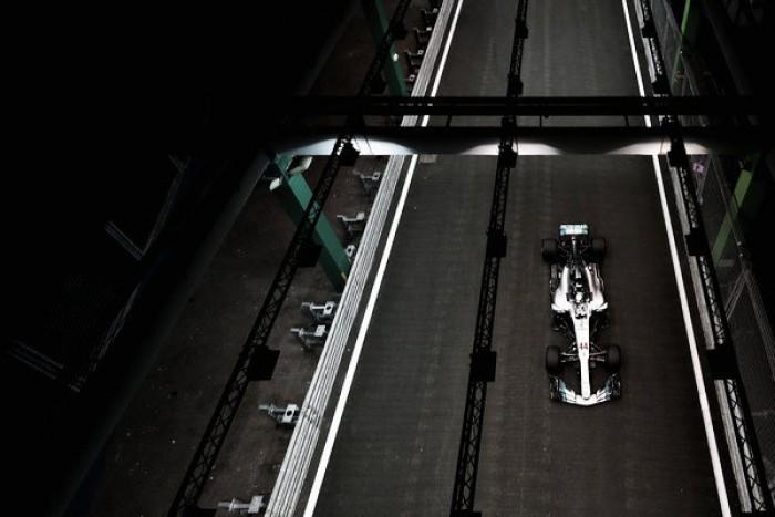 Lewis Hamilton arrasa en Marina Bay