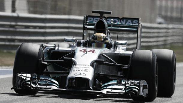 Lewis Hamilton se sobrepone a los problemas