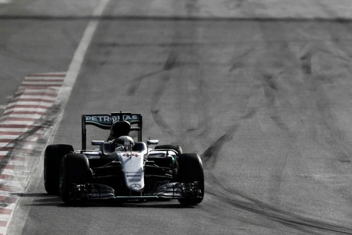 """Após problemas em Baku, Hamilton ressalta """"falha técnica"""" e critica restrição a mensagens no rádio"""