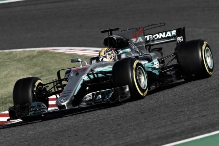 Hamilton leva GP do Japão, vê Vettel abandonar e põe uma mão na taça da Fórmula 1