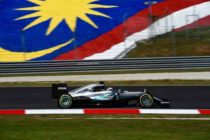 Lewis Hamilton marca pole na Malásia
