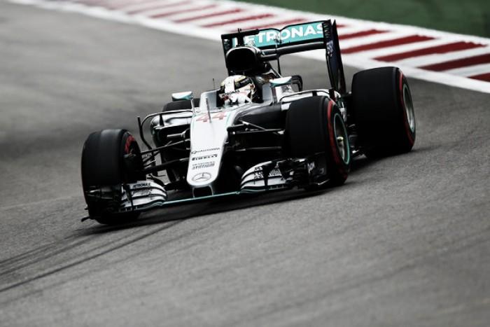 """Hamilton elogia trabalho da Mercedes e defende equipe após problemas: """"Não é culpa deles"""""""