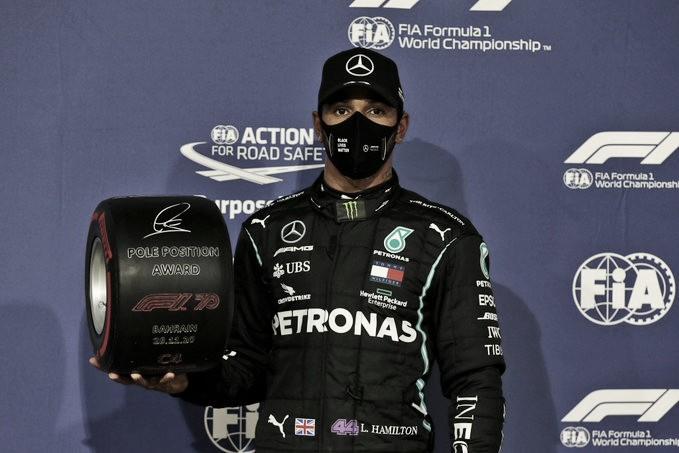 Hamilton posando con el premio de la pole position del GP de Bahrein. (Fuente: @F1 Twitter)