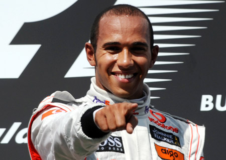 Hamilton se convierte en piloto de Mercedes y confirma la salida de Schumacher