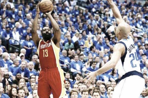 Harden e Houston al fotofinish: lo sparatutto texano sorride ai Rockets che ipotecano la serie