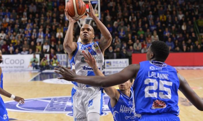 Lega Basket - Sassari inanella la seconda vittoria consecutiva contro Brindisi (90-66)