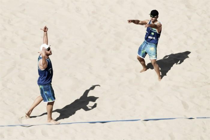 Bruno e Alison encontram dificuldades, mas superam dupla canadense no vôlei de praia