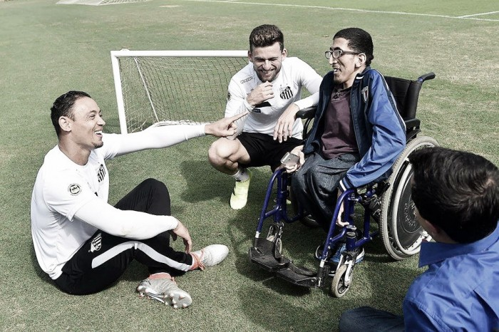 Santos recebe visita ilustre e debate acessibilidade nos estádios