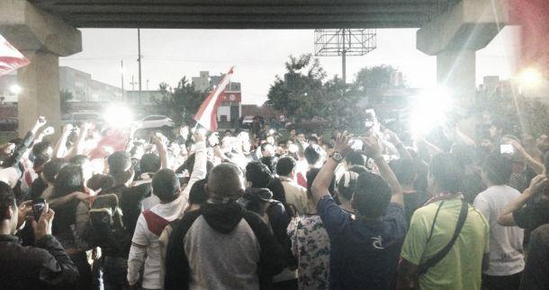 Hinchas peruanos armaron 'banderazo' previo al duelo frente a Chile