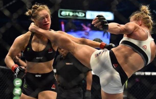 Holly Holm derrota a Ronda Rousey y gana el campeonato de peso gallo femenino