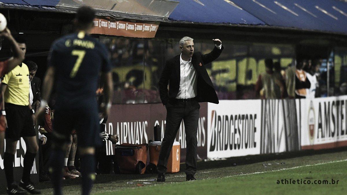 """Tiago Nunes lamenta derrota para o Boca Juniors: """"Jogamos de igual para igual e até melhor"""""""