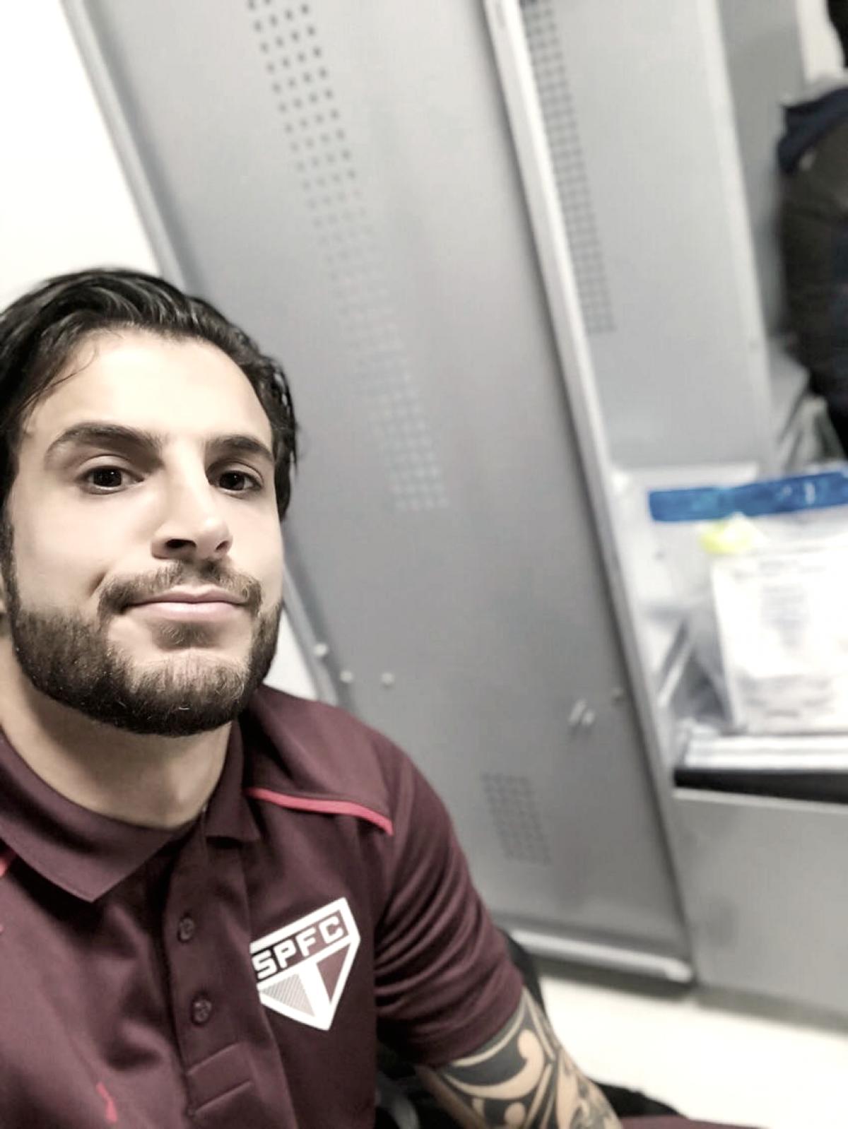 Volante Hudson perde voo de volta à São Paulo e brinca com twitter oficial do clube