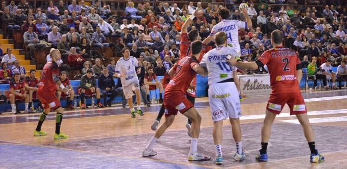 Huesca arranca un punto al final en casa del Ademar