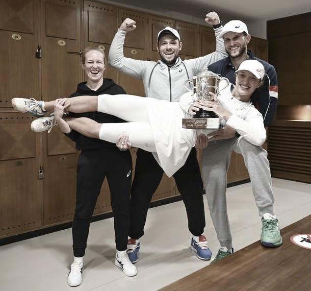 "<div><p style=""margin-bottom: 0cm; color: rgb(0, 0, 0); font-size: medium; font-style: normal; text-align: start;""><font style=""font-size: 22pt;""><b>Iga Swiatek y un festejo en vestuarios con integrantes de su equipo tras ganar Roland Garros. Foto: www.rolandgarros.com</b></font></p></div>"