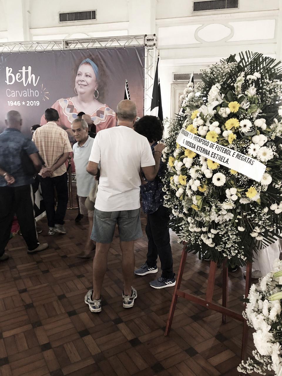 Alvinegra Beth Carvalho será homenageada antes da partida entre Botafogo e Bahia