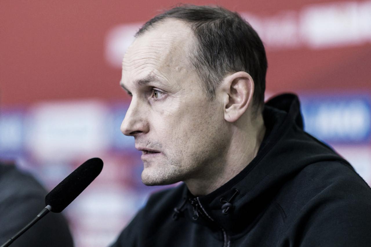 """Técnico do Leverkusen, Herrlich enaltece equipe após vitória: """"Estamos na direção certa"""""""