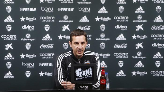 """Neville: """"Cuando se miran por las rendijas se pueden ver pequeñas discusiones sin trascendencia"""""""