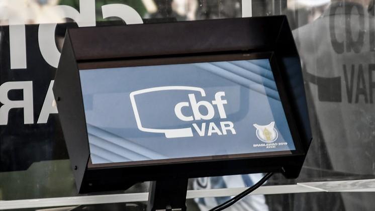 """CBF pede esclarecimento a empresa responsável pelo """"bug"""" do VAR em gol do Inter"""