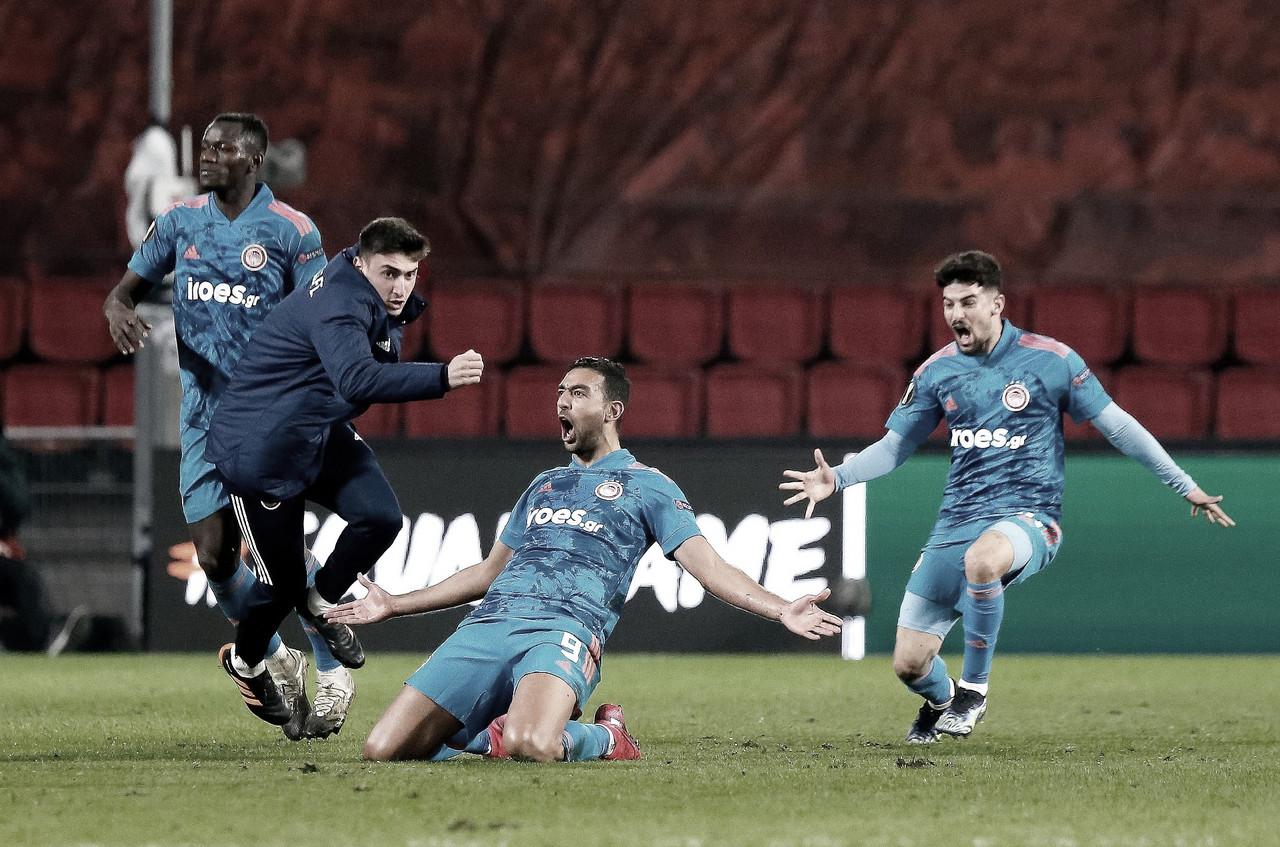 Olympiacos marca na reta final e elimina PSV da Europa League