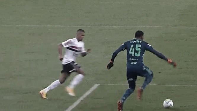 Erro de Hugo Souza repercute em entrevistas após derrota do Flamengo