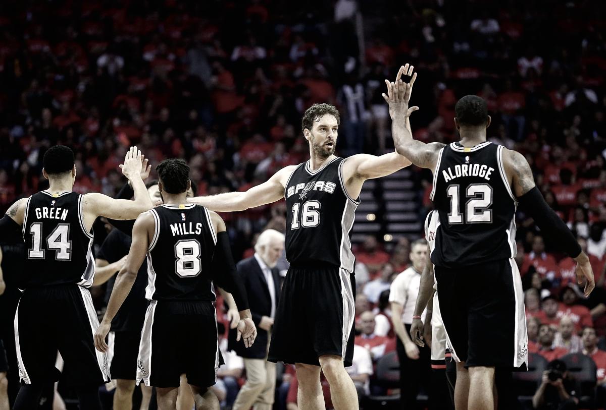 Los Spurs logran entrar a su 21º temporada consecutiva a los playoffs