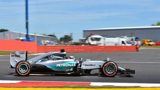 Lewis Hamilton conquista la pole position a SIlverstone