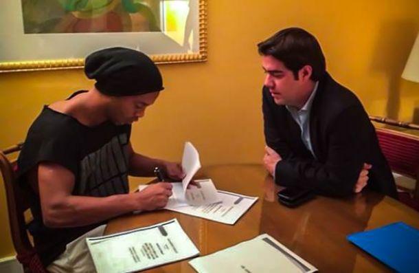 Ronaldinho vola in Messico: firma con il Queretaro