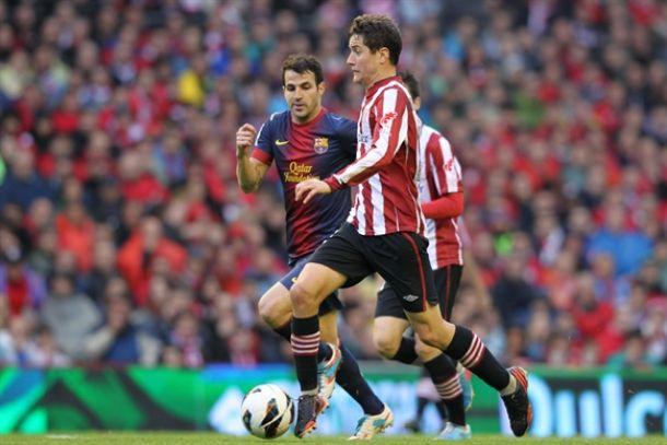 Ander Herrera avanza ante Cesc Fábregas en el Athletic-Barça de la pasada campaña