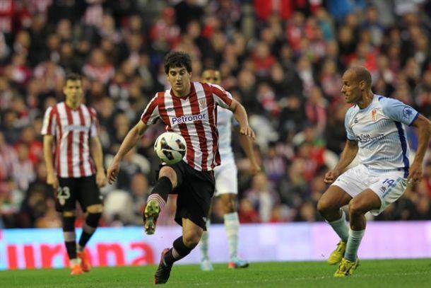 Mikel San José controla el balón ante Mikel Rico en el último Athletic-Granada