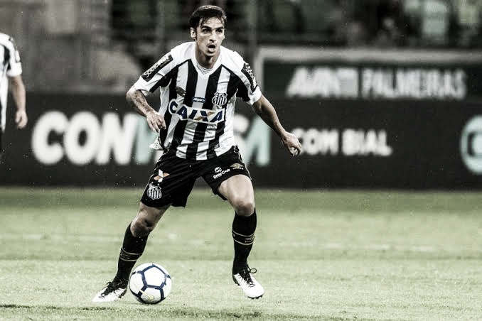 Meia Bryan Ruiz anuncia rescisão de contrato com Santos