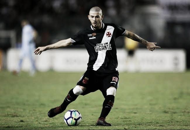 Luiz Gustavo assina novo contrato de dois anos com Vasco