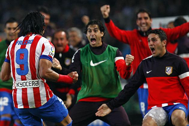 Falcao rescata al Atlético de Madrid y lo mantiene en la lucha por el liderato