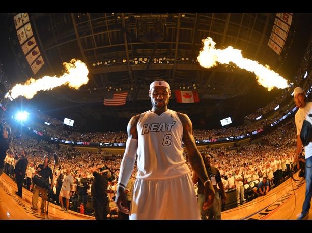 Com show de LeBron James, Heat vence o Bucks