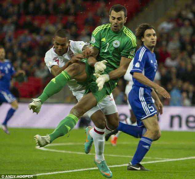 Walcott no jugará contra Polonia por el golpe recibido en el pulmón ante San Marino