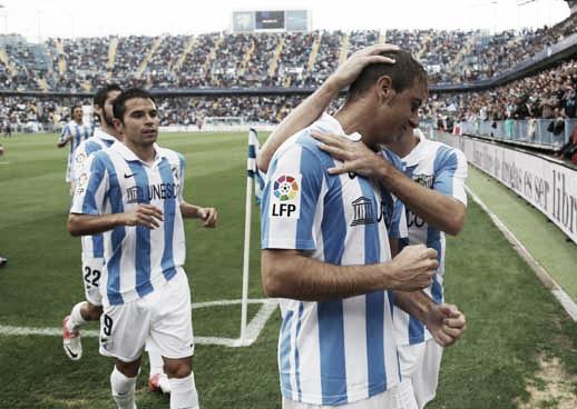 El Málaga golea y hurga en la herida del Betis