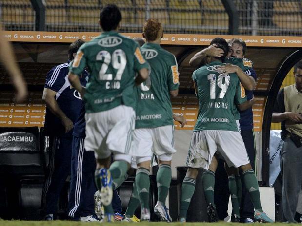 """Em noite do """"garçom"""" Vinícius, Palmeiras vence o Tigre"""