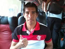 Há dois meses sem jogar, Cáceres volta a treinar com bola no Flamengo