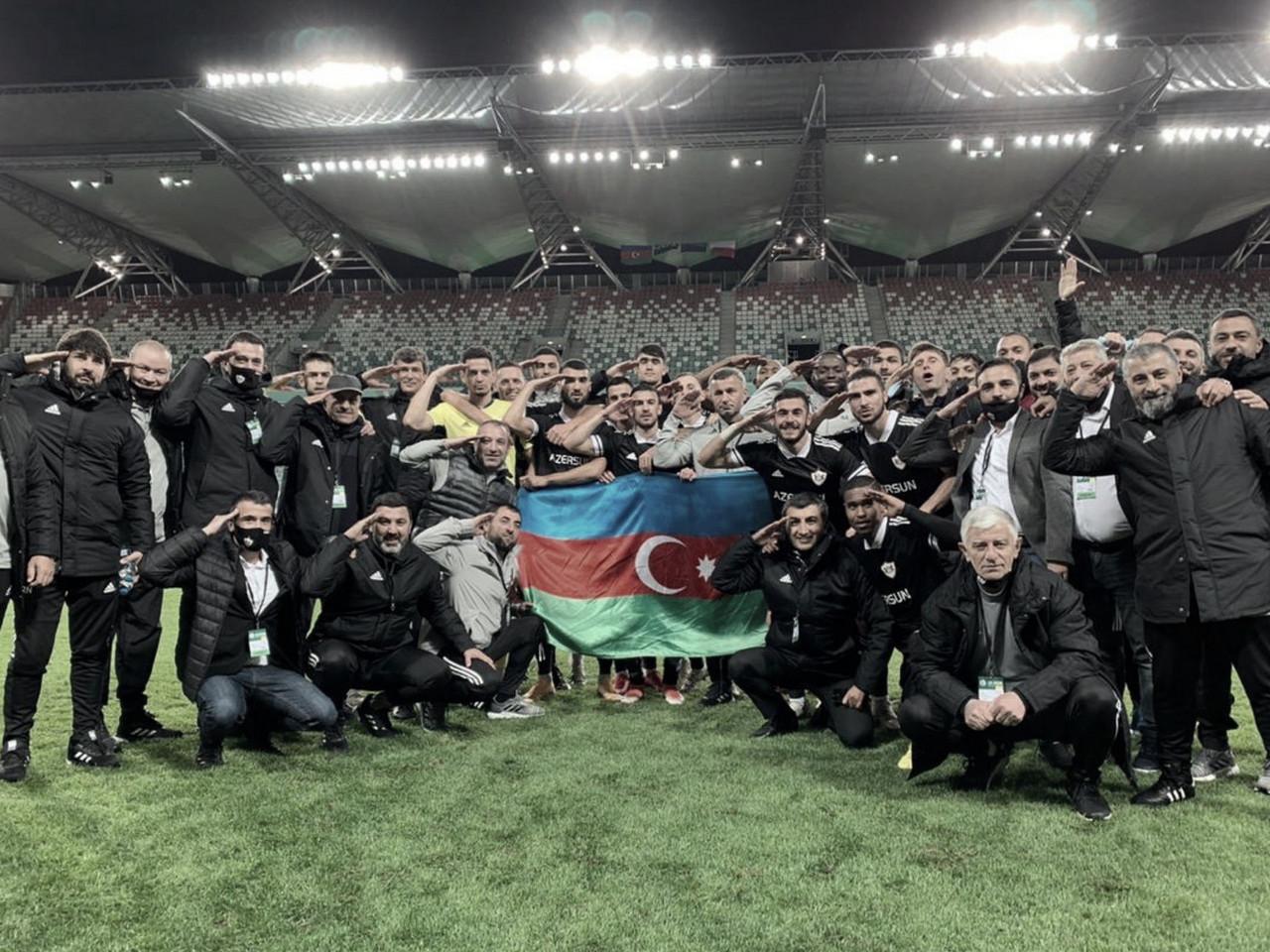 """<div style=""""text-align: left;"""">El Qarabag<span style=""""text-align: center;"""">&nbsp;tras vencer al Legia mostró su apoyo a los soldados azerís en conflicto militar&nbsp; // FOTO: Twitter Qarabag</span></div>"""
