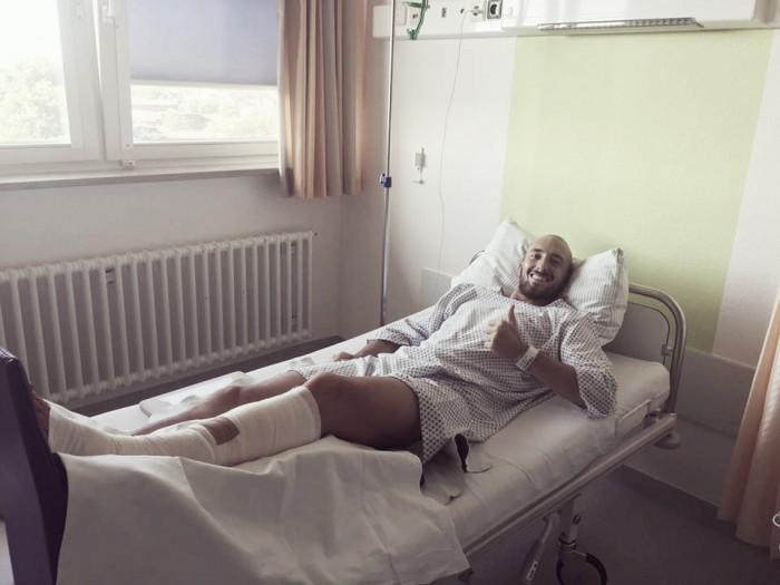 """Após sofrer grave lesão,defensor do Werder Bremen afirma: """"Vou voltar ainda mais forte"""""""