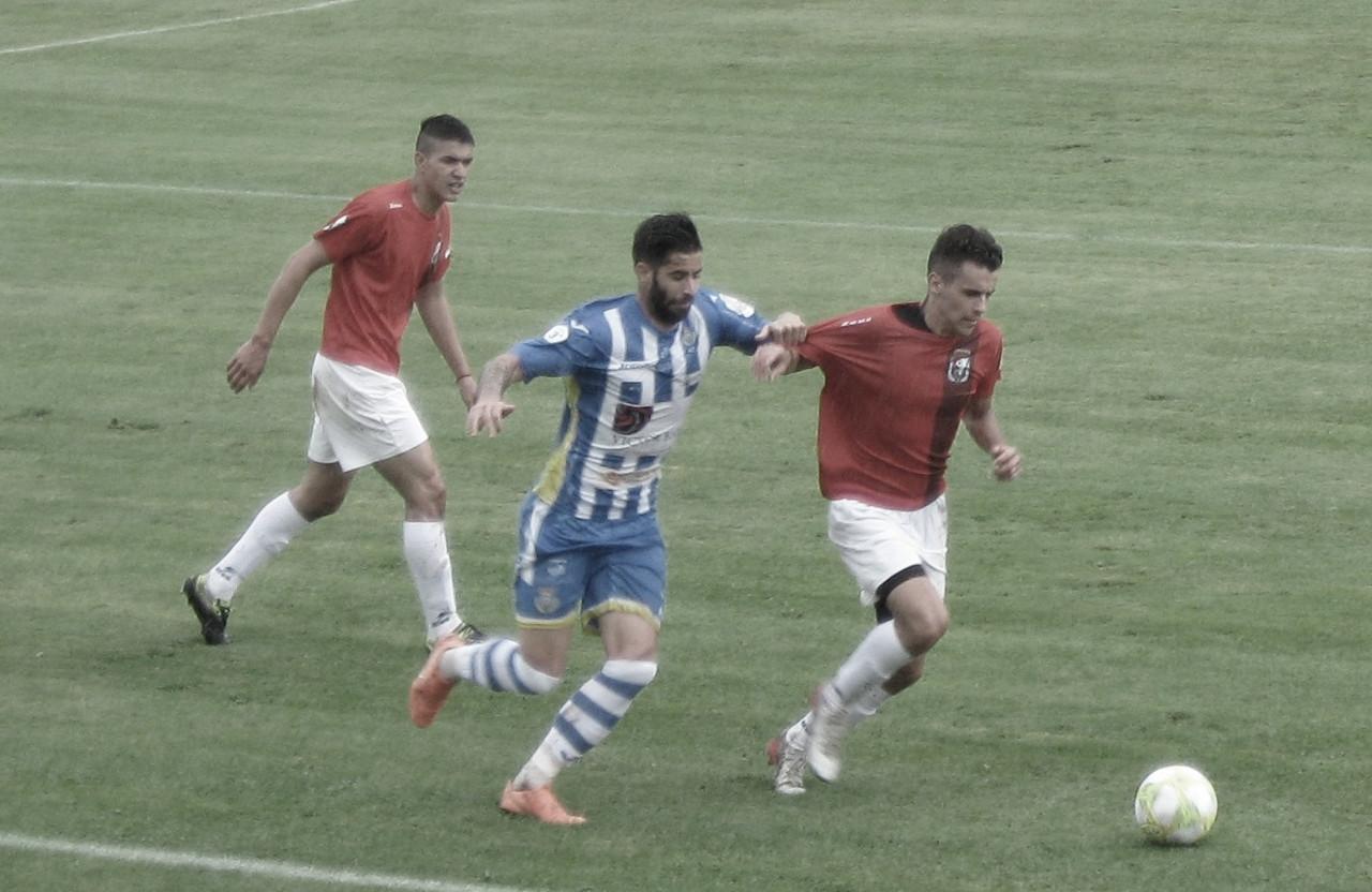 Edgar Agudo en una disputa del partido frente al Real Burgos | Foto: Rodrigo Calvo - Vavel