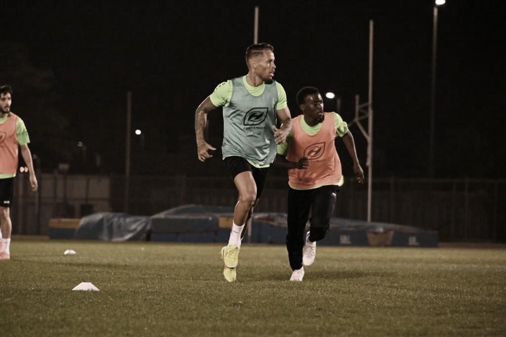 Após disputar Série B pelo Vitória, volante Baraka oficializa retorno ao futebol árabe